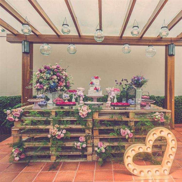 casamento com paletes e flores naturais
