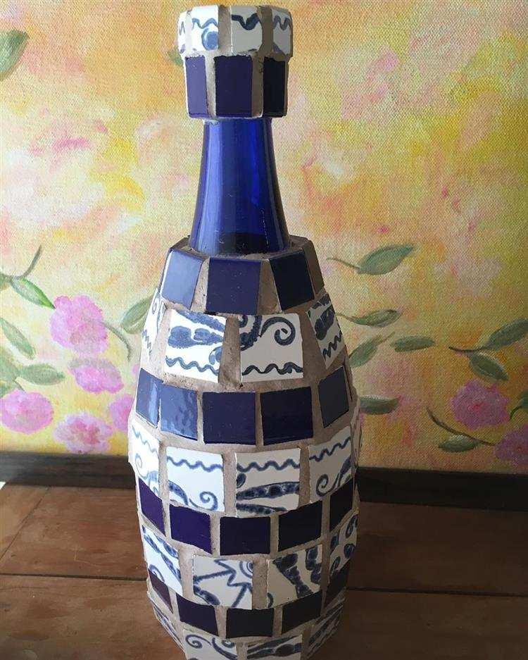 Garrafa decorada com mosaico de azulejos