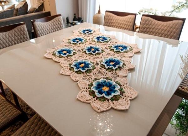 caminhos de mesa de barbante com flores