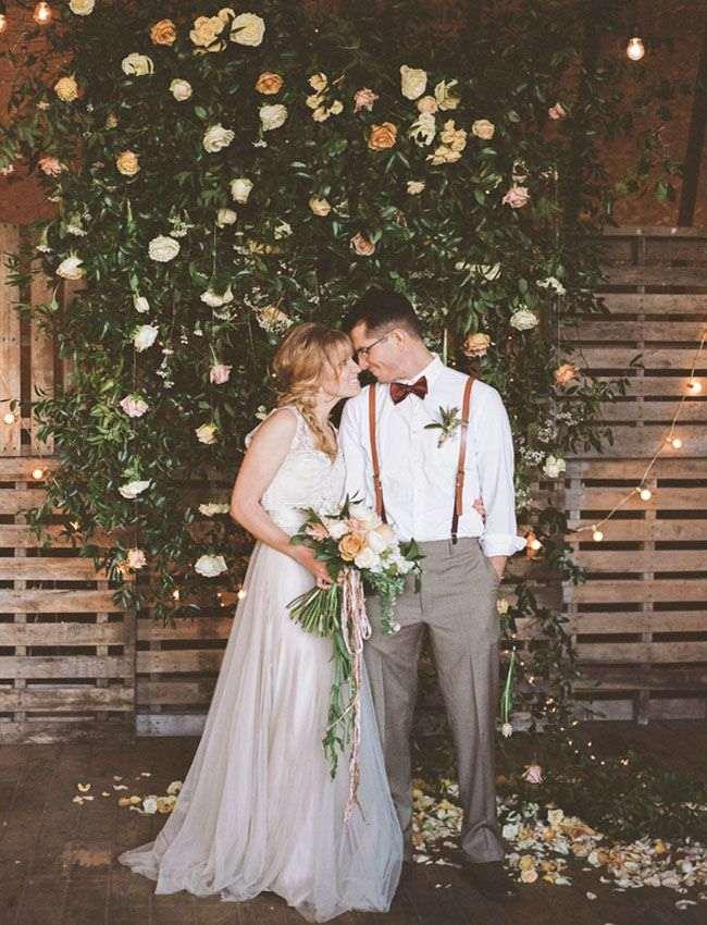painel de casamento com paletes e flores