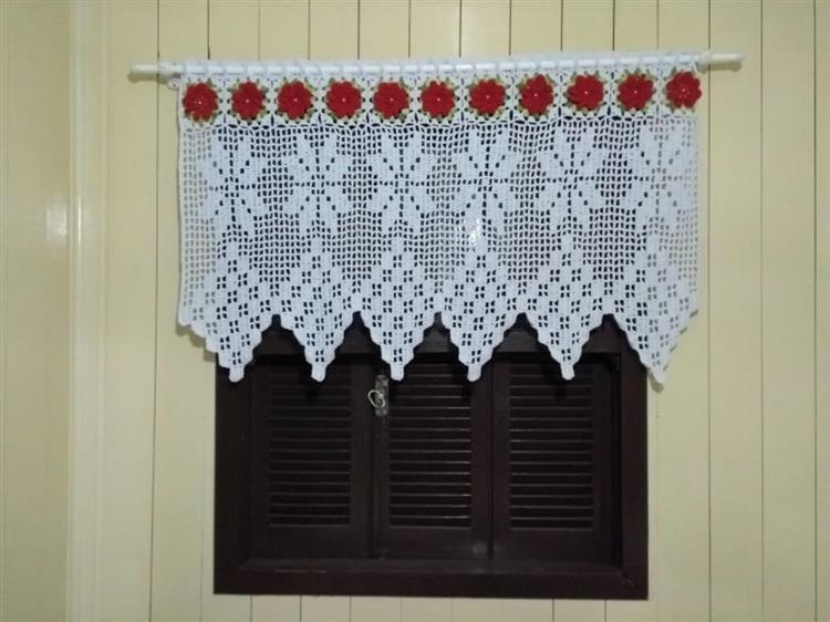 branco com flores vermelhas