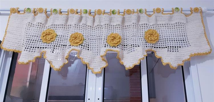 branco com flor amarela