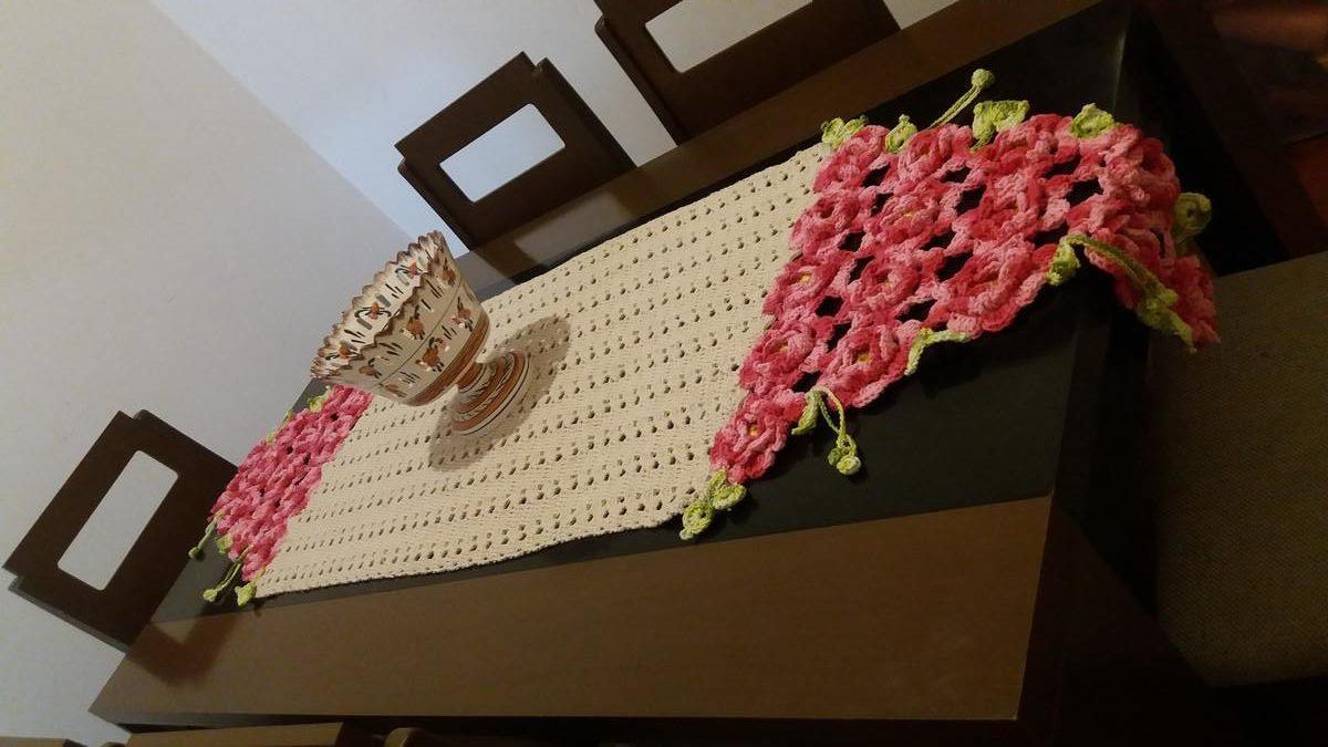 caminho de mesa com rosas