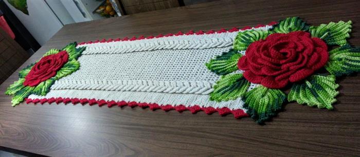 caminho de mesa em crochê com rosas