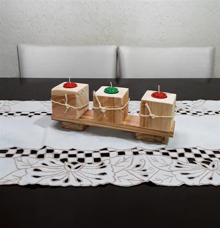 Velas com suporte de madeira