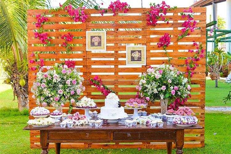 Painel de paletes com flores