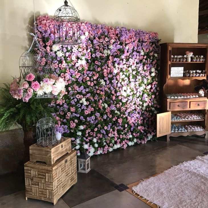 painel de paletes com flores artificiais