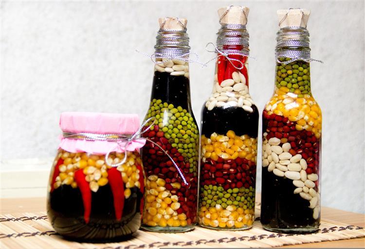 Garrafas decoradas com grãos