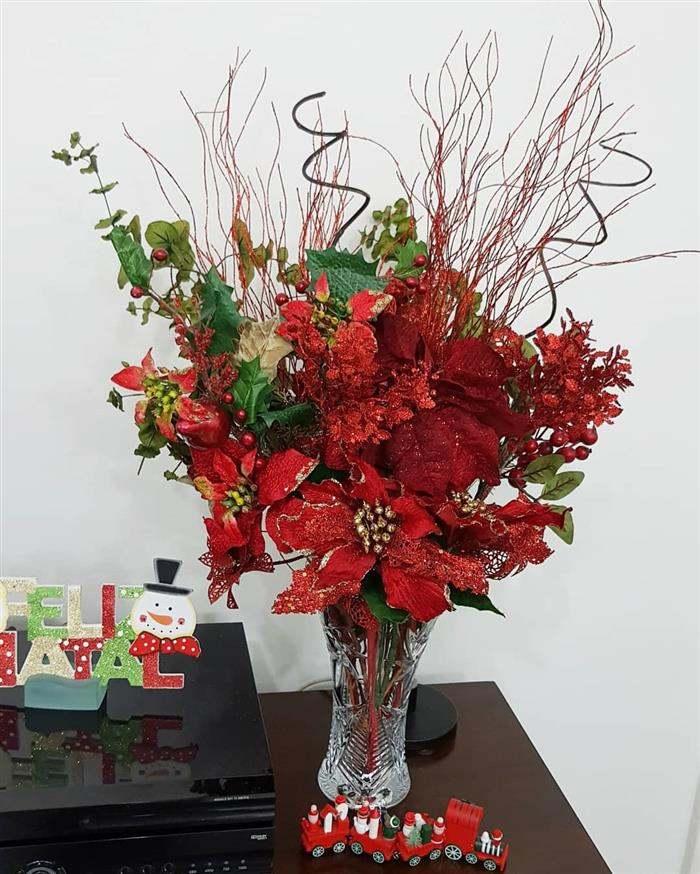 enfeite com flores artificiais