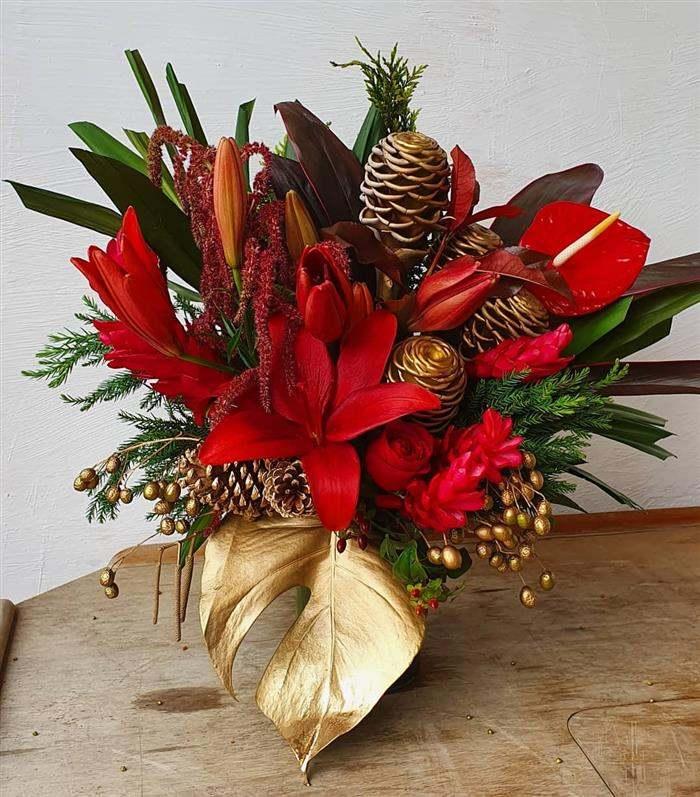 enfeite de natal com flores pintadas