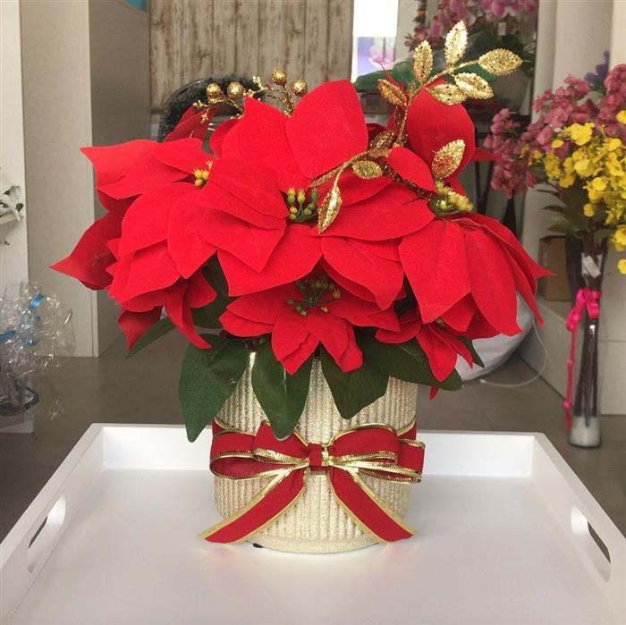 enfeite de natal com flores vermelho e dourado