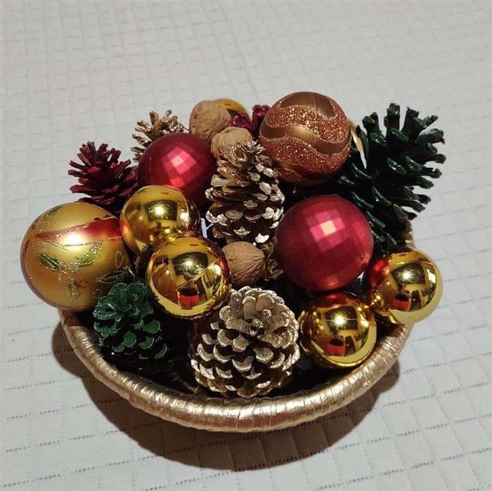enfeite natalino com bolas e pinha
