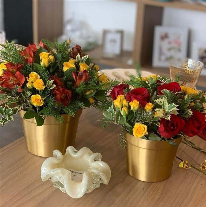 enfeite natalino com vaso dourado