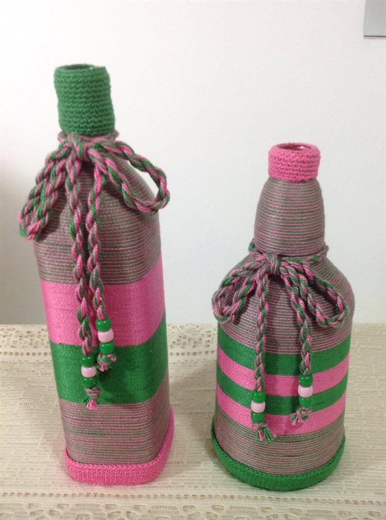 garrafas decoradas com linha de crochê