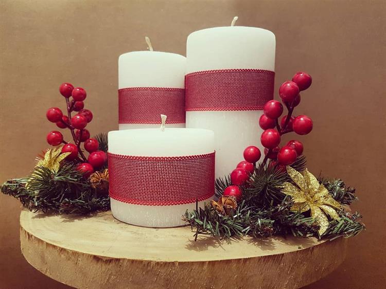 Arranjo de Natal com velas brancas
