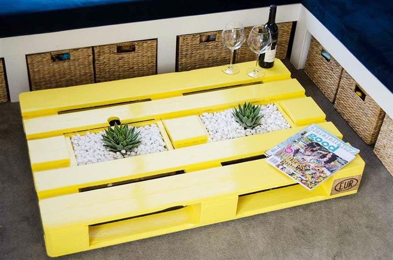 Mesa de centro de pallet amarela