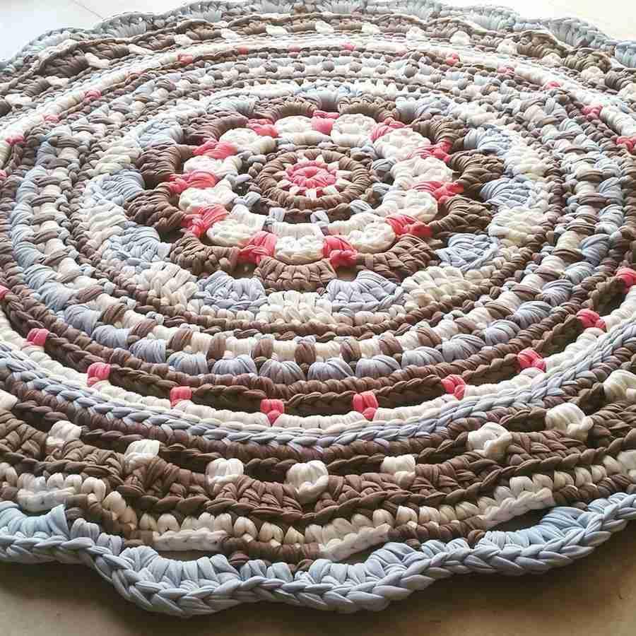 tapete de crochê feito com fio de malha