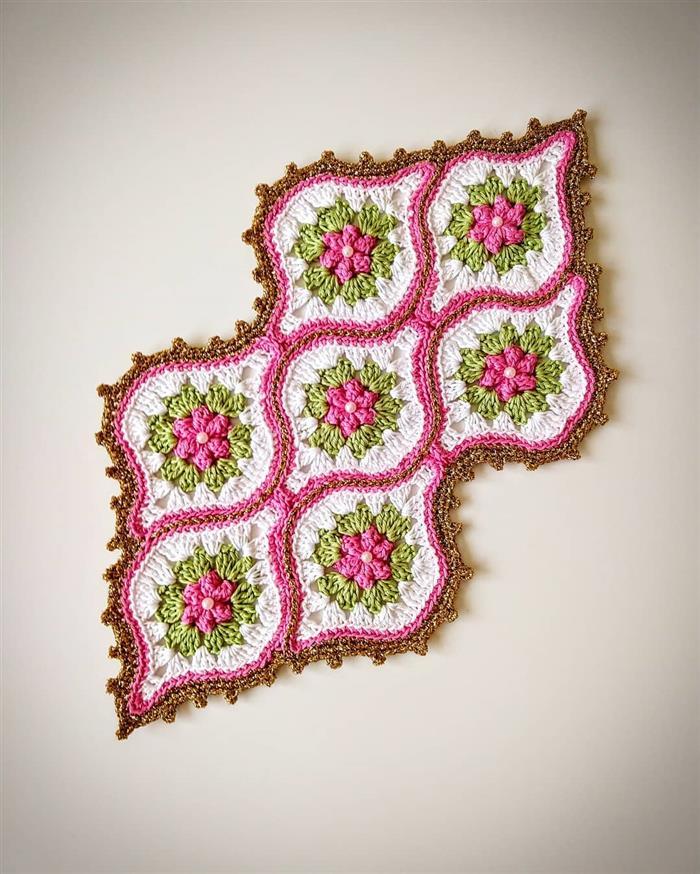 pequeno com flores rosas