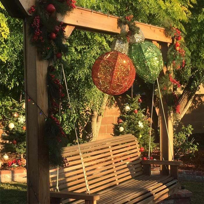 Decoração de jardim com bolas de natal