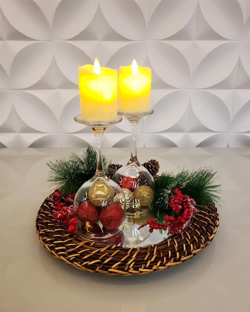 arranjo de natal com taças e velas