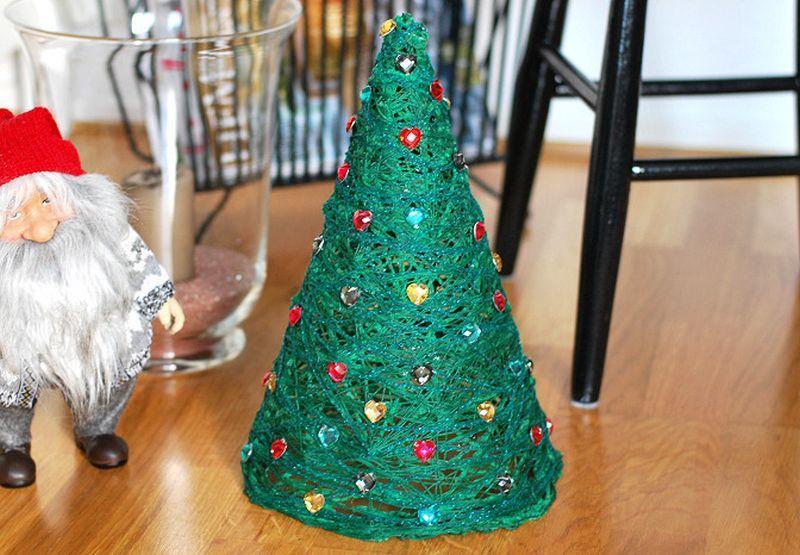 Mini árvore de Natal feita com linha