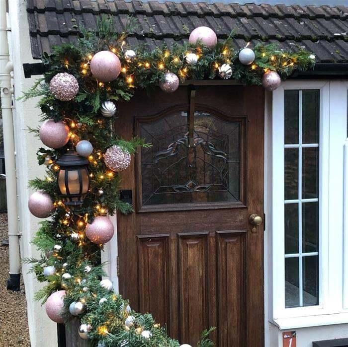 decoração de porta com bolas grandes