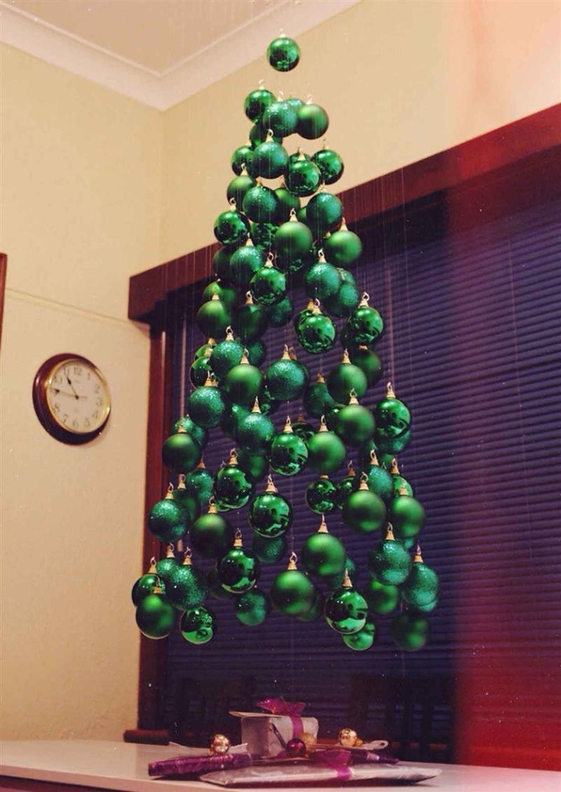 Árvore de Natal de bolas penduradas