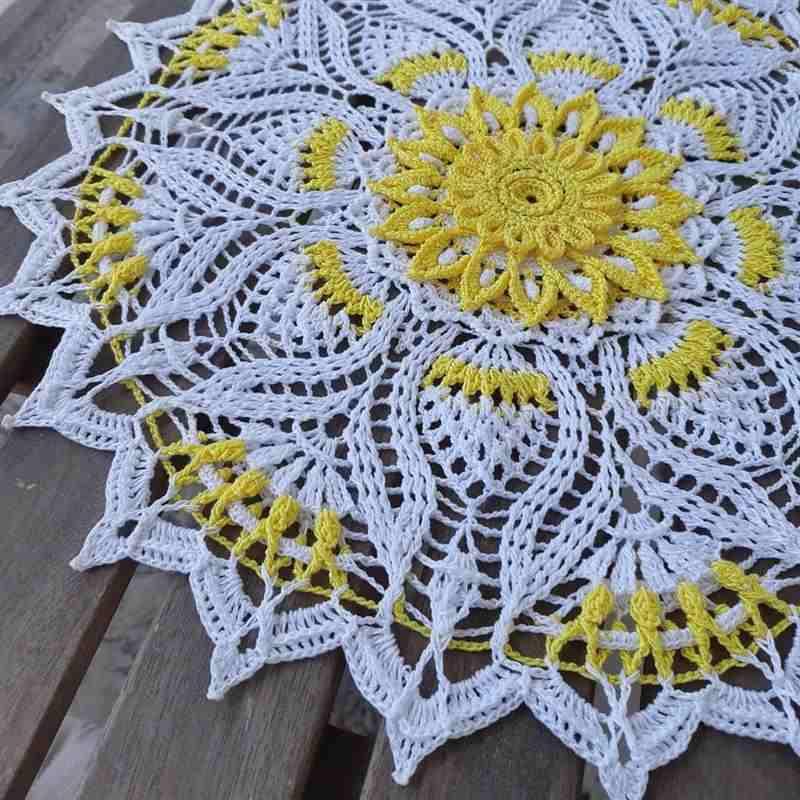 toalha de crochê branca e amarela