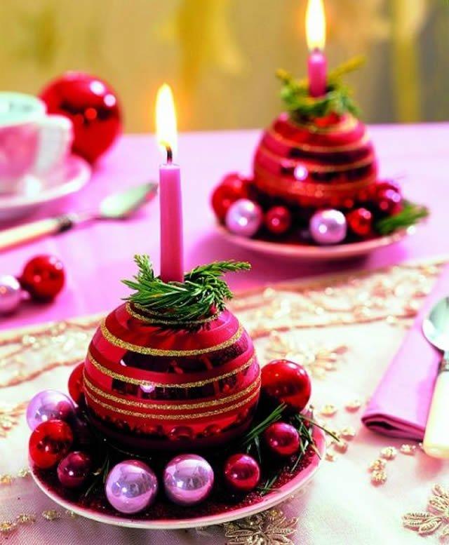 Decoração de mesa de Natal com bolas e velas