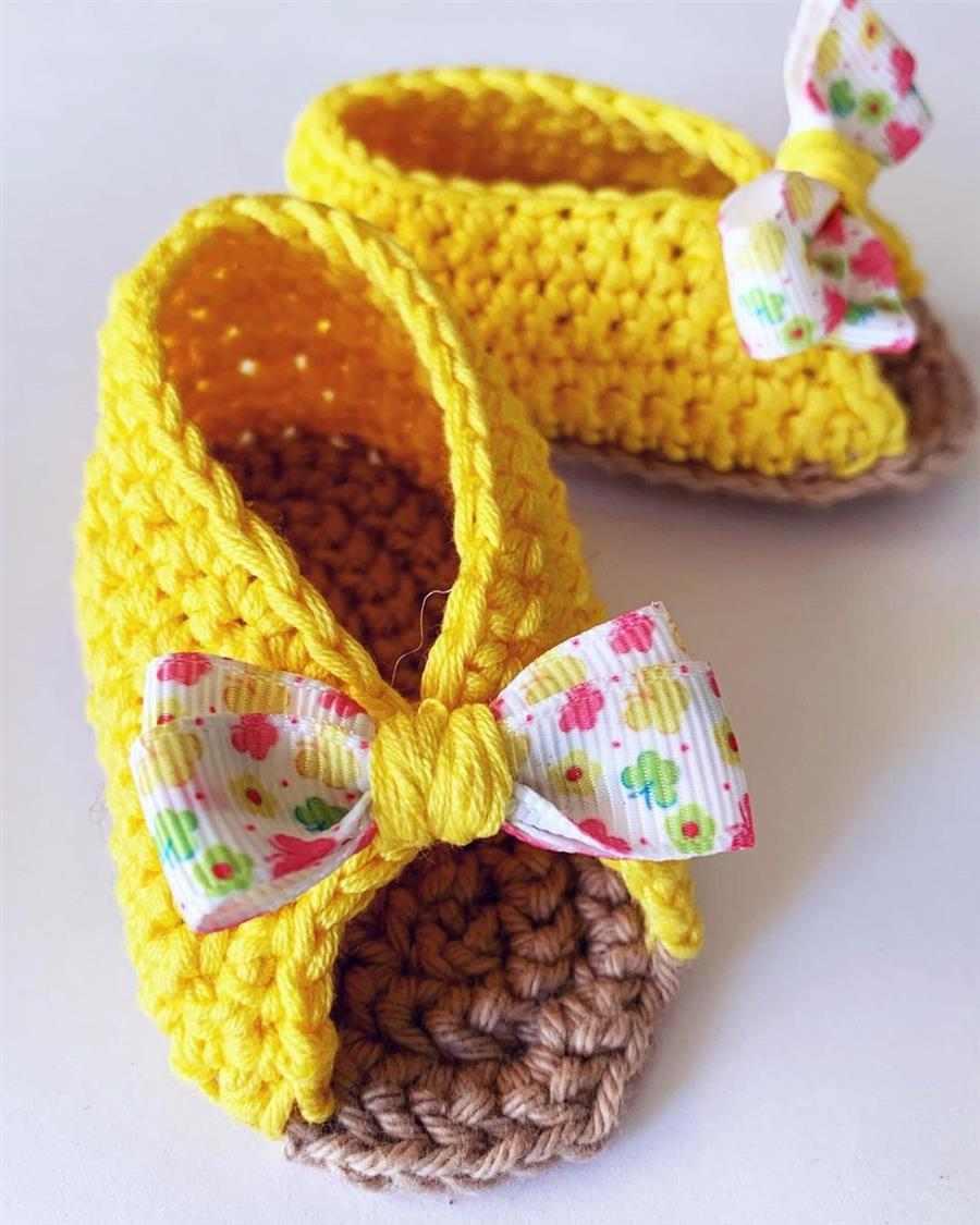 amarelo com laço colorido