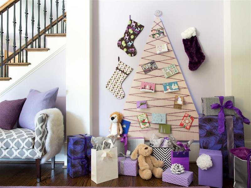 sala de estar com árvore de natal na parede