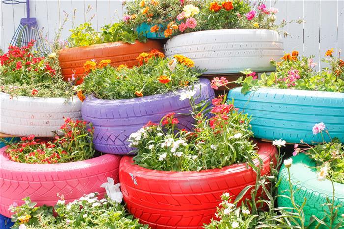 jardim com pneus coloridos