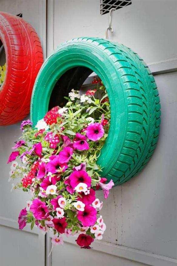 jardim com pneus na parede