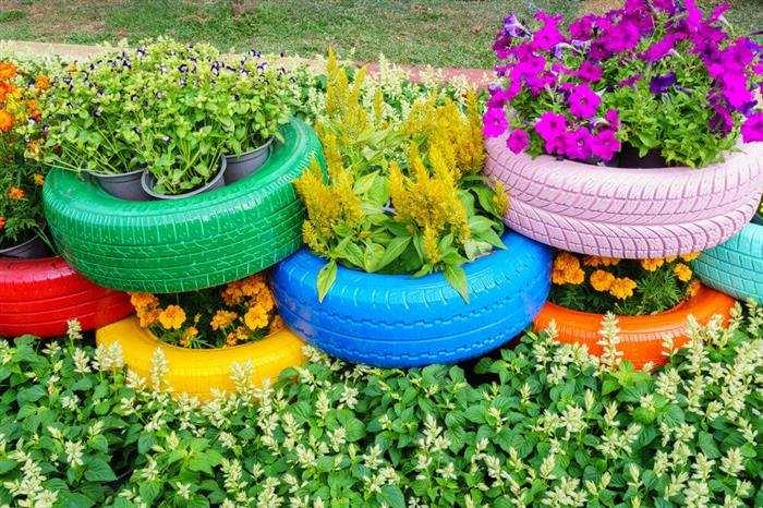 jardim com pneus pintados