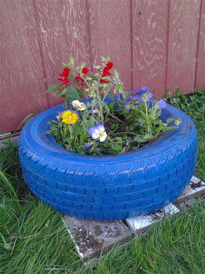 jardim ornamentado com pneus