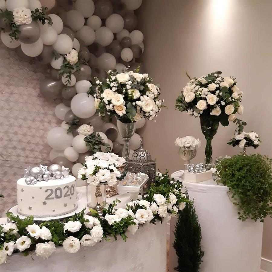 arco de balões com flores