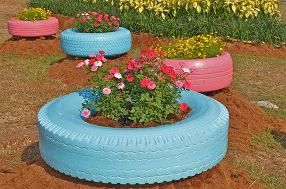 pneu de trator no jardim