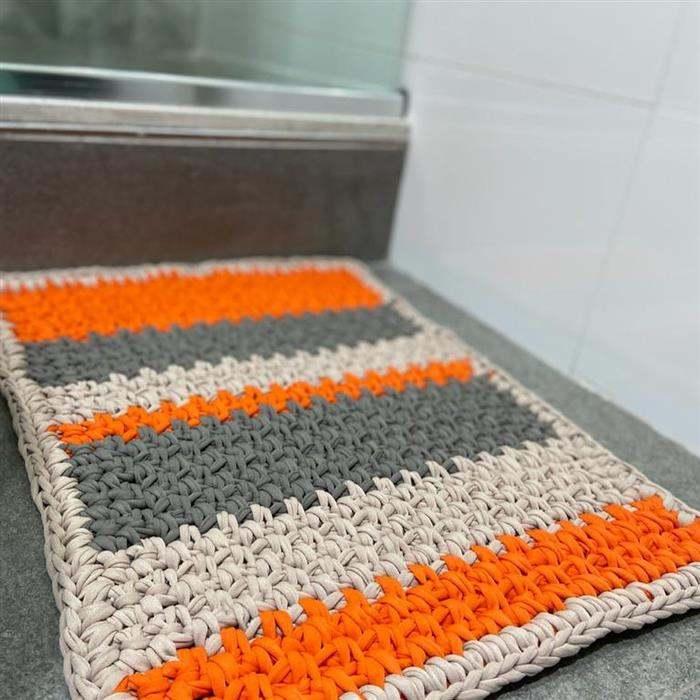 tapete de fio de malha laranja e cinza