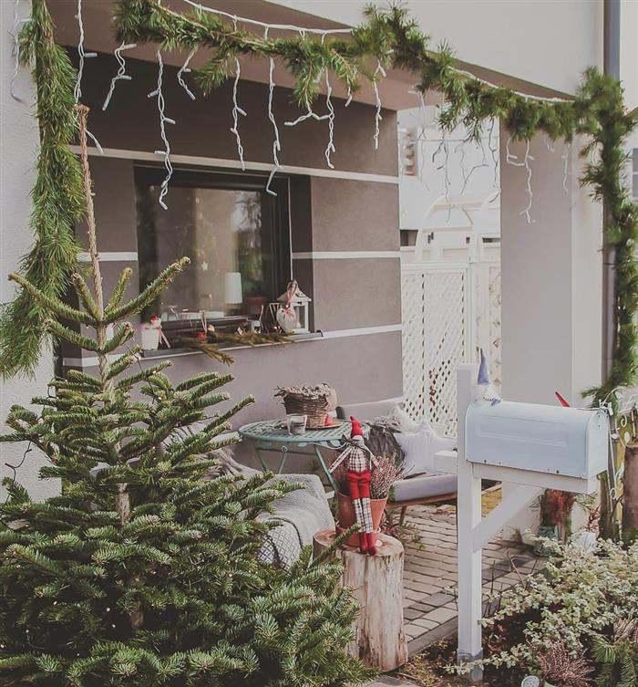 varanda decorada com luzes de natal
