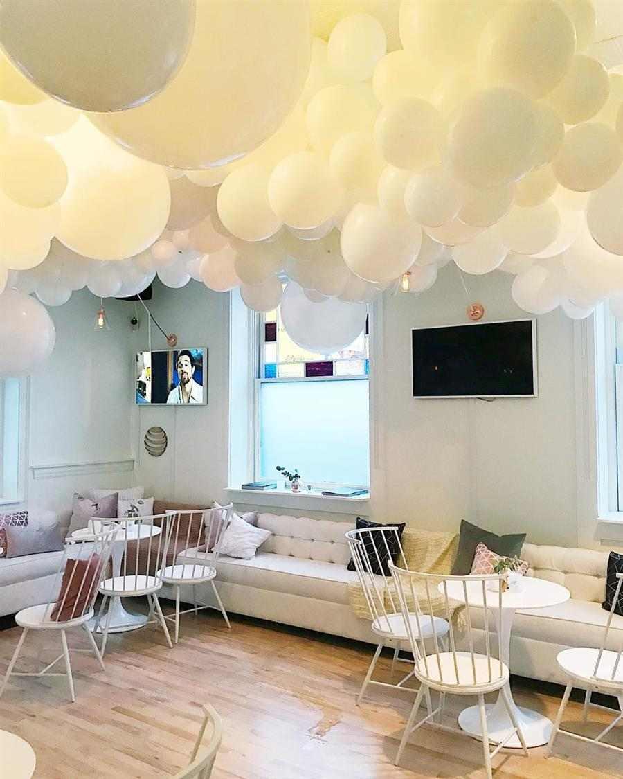 decoração do réveillon com baloes no teto