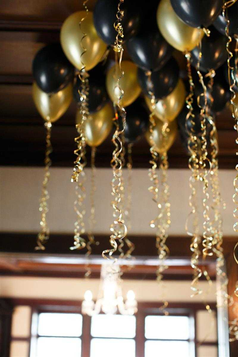 Balões com fitilho no teto