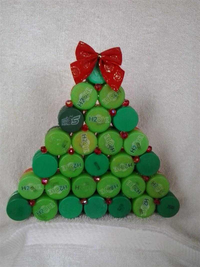 Árvore de Natal feita de tampinha de garrafa