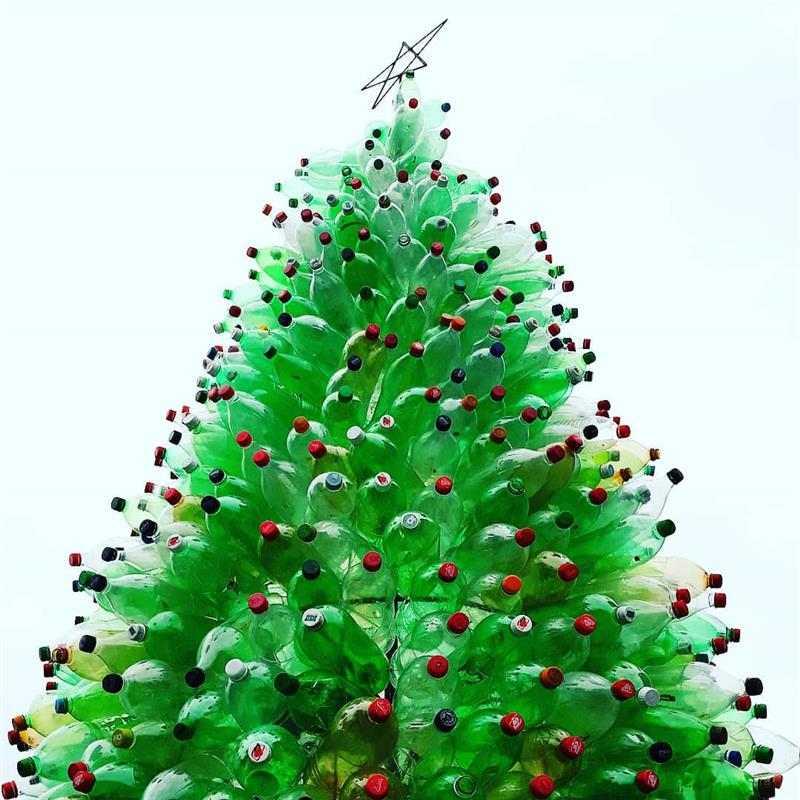 árvore de Natal com garrafa pet inteira