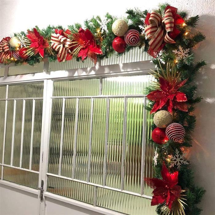 decoração de janela com festão