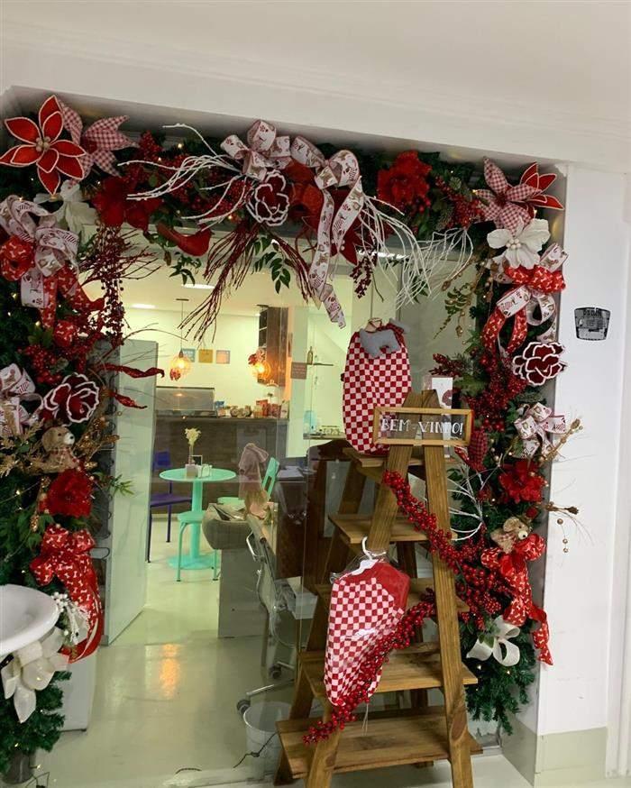 decoração de loja com festão de natal