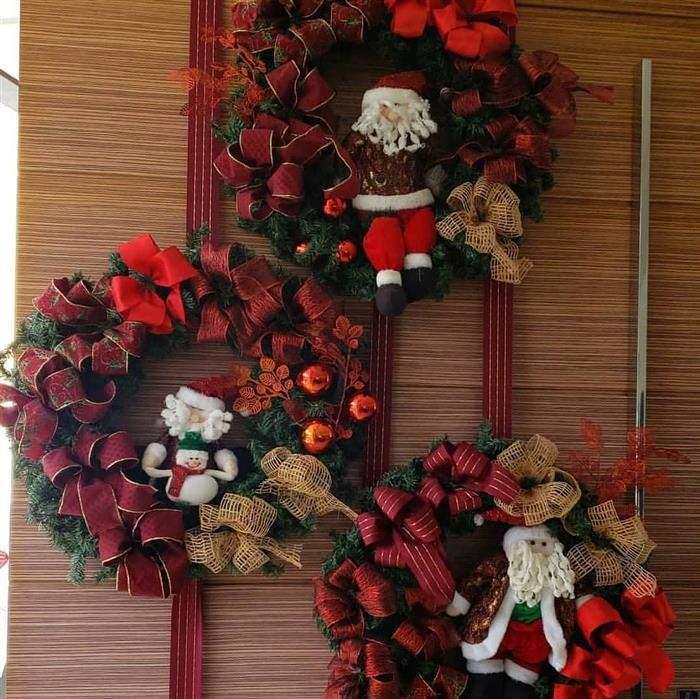 decoração vermelha com festão para porta
