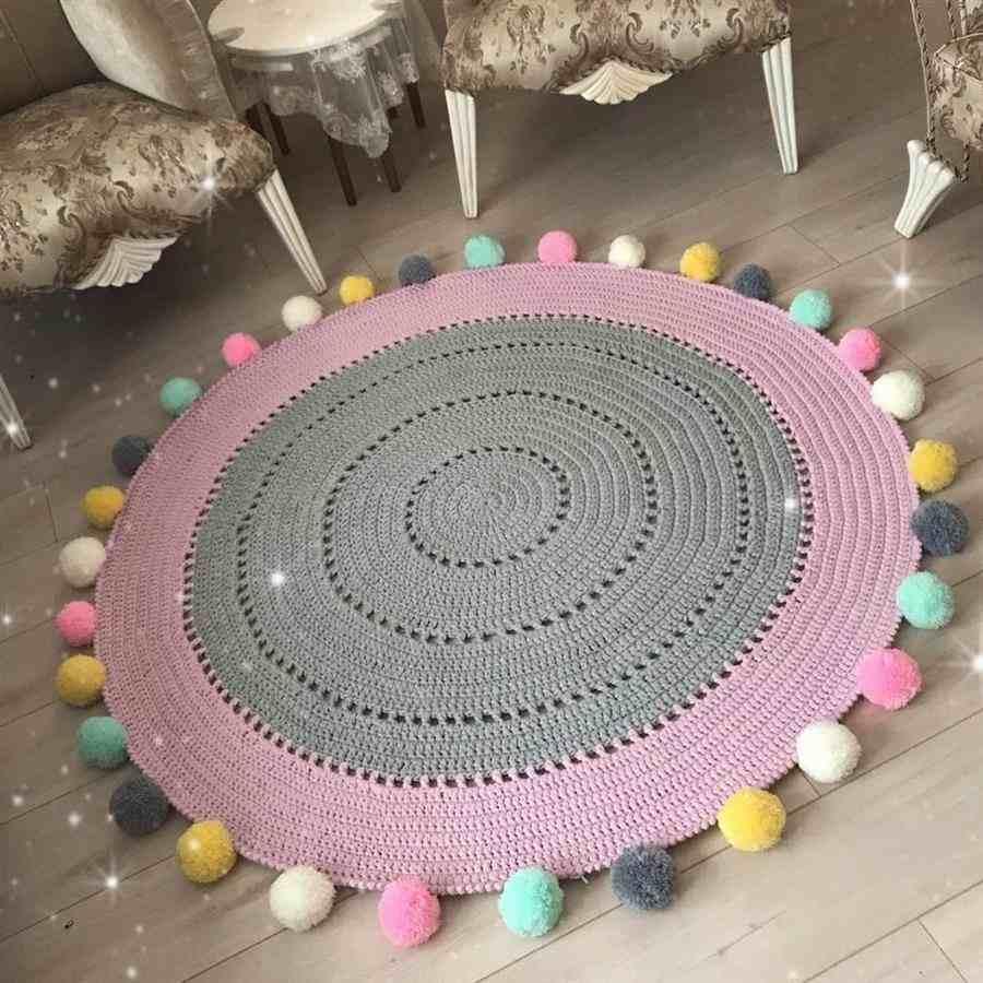 cinza e rosa com pompons