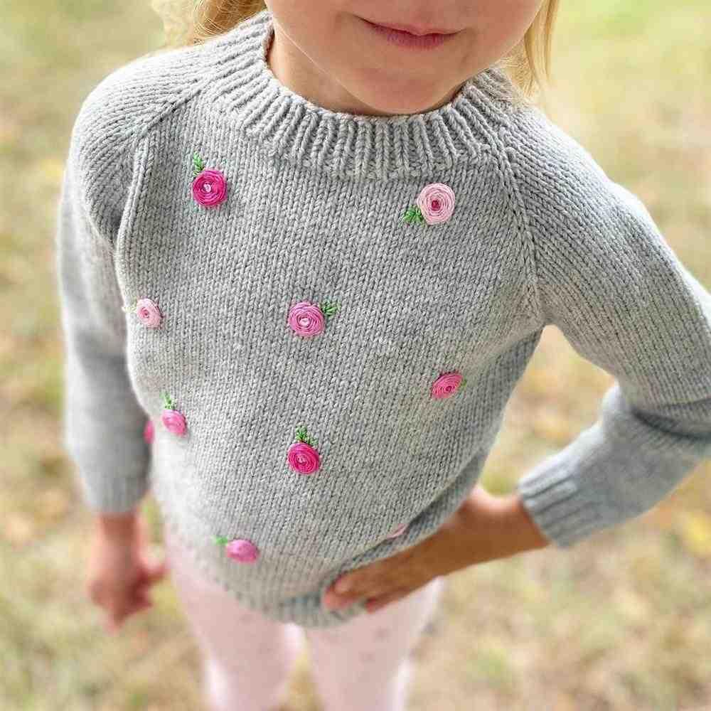 flores bordadas na blusa de trico