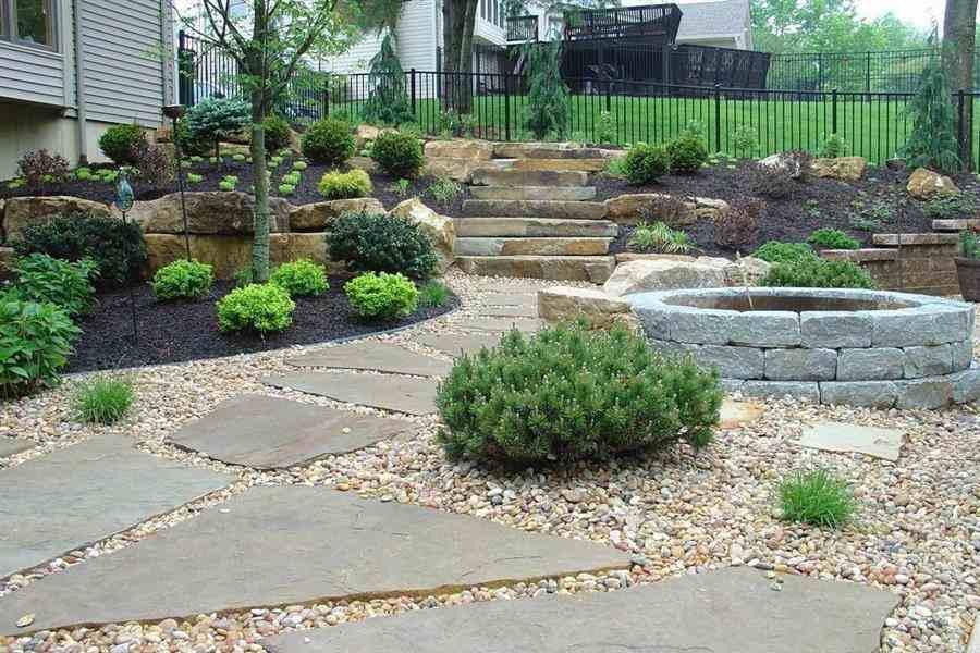 Jardim com pedras rústicas
