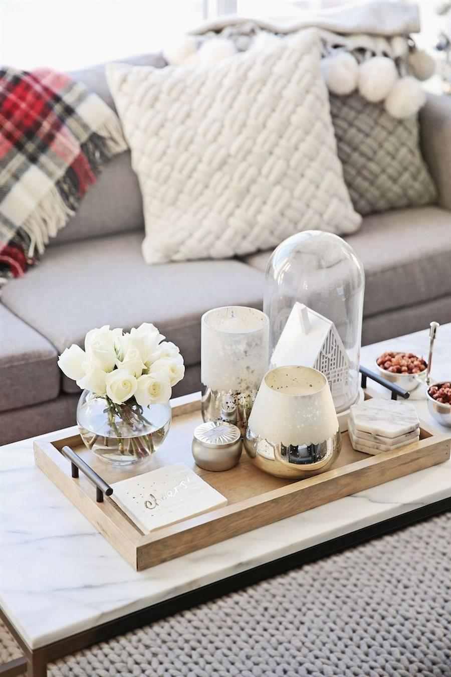 Centro de mesa com velas e flores